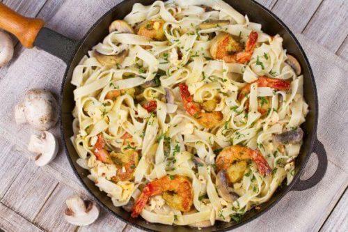 Pasta cremosa con champiñones y camarones
