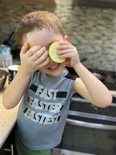 Mi hijo ayudando a cocinar