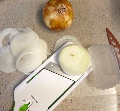 Mandolina para rebanar cebollas antes de caramelizarlas