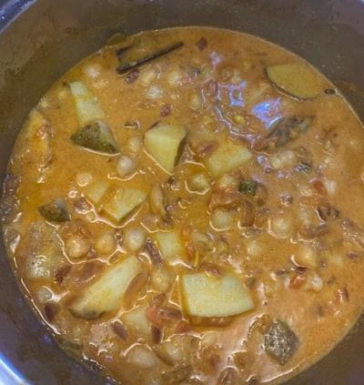 Curry de garbanzos y patatas cocido