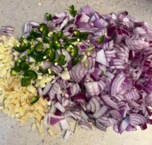 Verduras picadas para el curry vegano