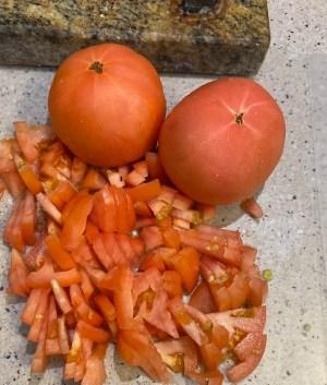 tomates picados para la receta del curry de garbanzos