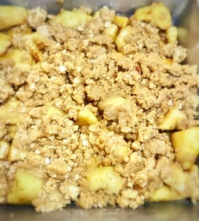 Crujiente de manzana en el molde de hornear
