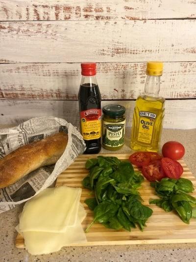 Ingredientes para hacer un sándwich panini italiano